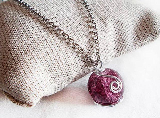 #collana con #ciondolo in #vetro #viola incastonato con #tecnica #wire #necklace #pendant #purple #glass #handmade #handmadejewelry #ambrosiascreation