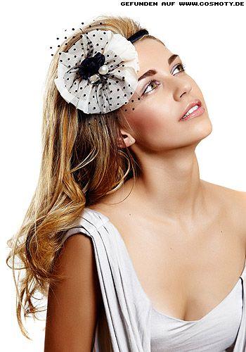 Große Stoffrosette zum offenen Haar mit viel Volumen. Brautfrisur der etwas anderen Art! Sehr modern!