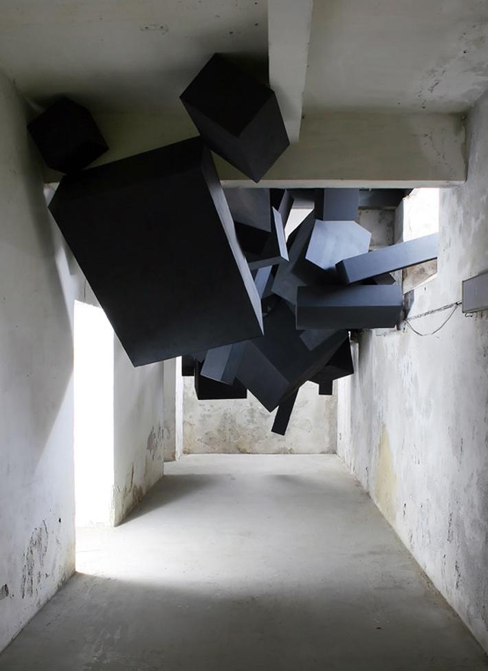 The invasion of the black blocks! Zwarte blokken kruipen door openingen naar binnen en bewegen zich met omgekeerde zwaartekracht langs het plafond van de betonnen kelder.