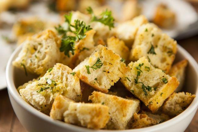 Самые ароматные и пряные домашние сухарики получаются с  чесноком. Их можно подавать в качестве закуски или добавлять в  суп. Чаще всего такие гренки готовят в духовке или на сковороде. – читайте на Domashniy.ru