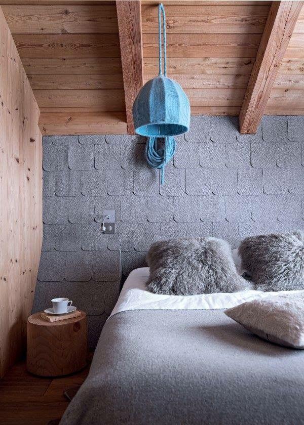 Chalet - chambre - bedroom : Tellement cocooning cette chambre, tête de lit en feutrine grise..Coussins en fourrure..Dessus de lit en laine..Un beau dégradé de gris qui fait ressortir le bois de la chambre..