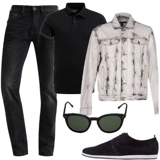 Jeans in denim nero, polo classica a maniche corte, giacca in denim effetto délavé con taschini sul petto, scarpa stringata con suola in gomma, occhiali da sole con montatura nera.