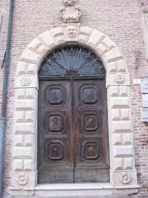 Montefortino, Fermo, Italy Palazzo Leopardi, Portone di ingresso, XVI secolo.   Autore: Fabiola Cogliandro
