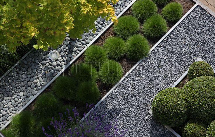 foto-van-boven-ontwerp-bijzonder-voortuin-stroken-pebbles-grassen-haag-split-boom-met-spots-verlicht-tuinontwerp-erik-van-gelder-stijltuinen-drechtsteden