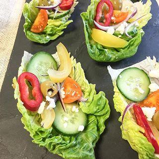 Olha essas saladinhas servidas na folhinha de acelga 😍. Práticas, deliciosas e nutritivas. Usei ingredientes de uma salada grega.  Como fazer: lave as folhas de acelga, regue com um pouquinho azeite, adicione tomatinho cereja, pepino em fatias finas, cebola, pimentão a gosto e queijo feta opcional (esse queijo é tradicional na dieta mediterrânea). Adicione os ingredientes formando um barquinho e pronto! Amei e vim compartilhar.  Gostou? Curte aíiii ❤️ 😉…