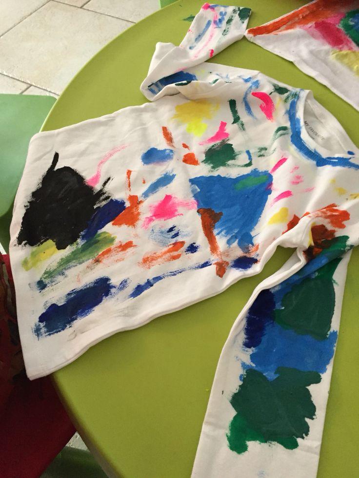 Longsleeve verven met textielverf. Kinderen kunnen zelf wat kunstigs maken.