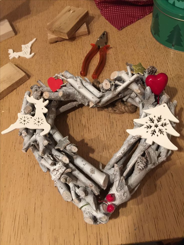 ghirlanda cuore con legno riciclato e altre decorazioni di natale