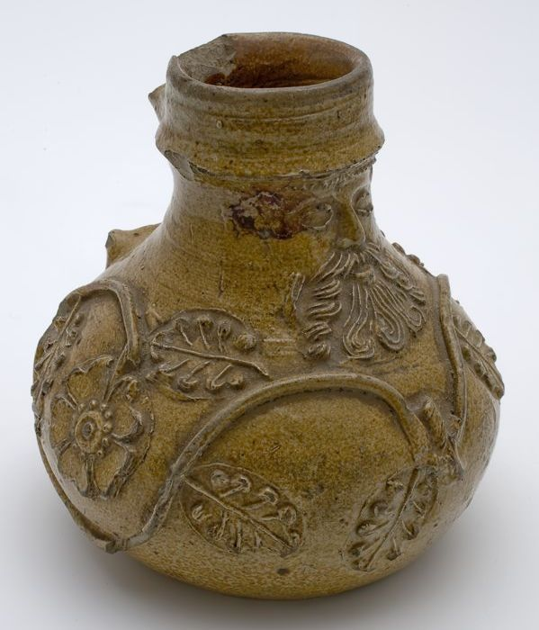 Baardmankruik, gedrongen model, baardmanmasker en eikenbladeren, ranken en bloemen 1525 - 1550