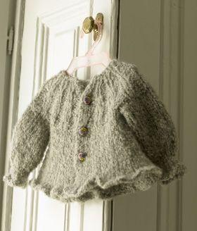 Den super kære trøje strikkes oppefra og ned med udtagninger undervejs, så den får A-facon