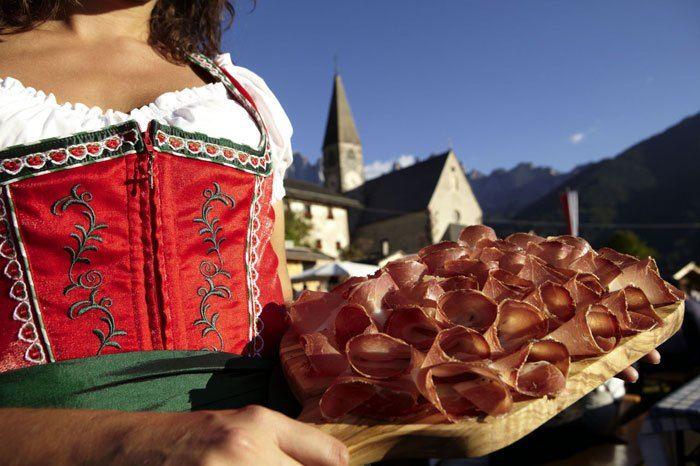 La Festa dello speck - Tornano la Festa dello speck e il Mercato del pane tirolese: nel primo fine settimana di ottobre l'Alto Adige accoglie l'arrivo dell'autunno con i suoi profumati e gustosi prodotti tipici - Parliamo di cucina
