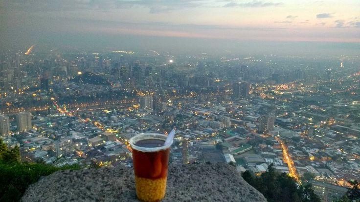 Aun tras haber pasado unos días en Valparaíso, seguía sin querer ir a la gran ciudad. Pero, ¿cómo estar en Chile y no ir a Santiago? Así que allí me fui por algunos días, sin tener muchas expectativas. De primeras la ciudad no me gustó demasiado. Hay demasiada gente a todas horas. El centro está …