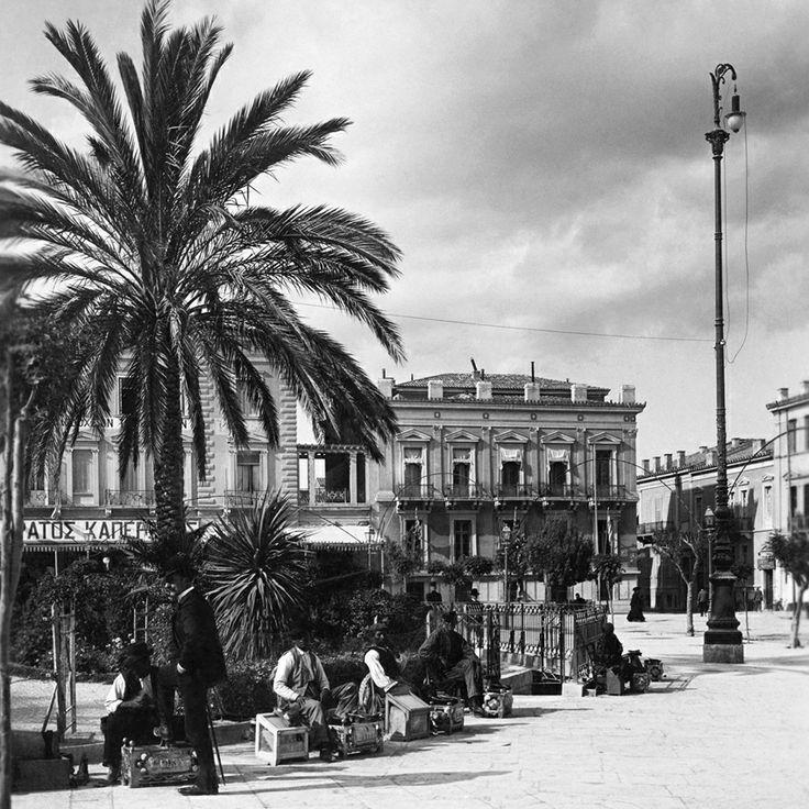 Λούστροι υποδημάτων στην πλατεία Ομονοίας. Στο φόντο, δεξιά της Γ' Σεπτεμβρίου, το ιστορικό ζαχαροπλαστείο Ζαχαράτου-Καπερώνη. Αυτά, στα 1892.