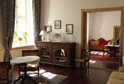 Antyczne meble i wyrafinowane wnętrza Pałacu Nakomiady. http://www.eskapista.com/pl/polska/hotele/palac-nakomiady
