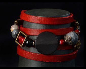 Woman Bracelet leather red wrap cuir rouge et billes de verre, marbre, labradorite, quartz gris et accessoires en cuivre antique.