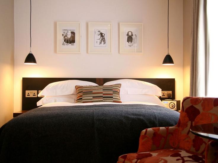 Få symetri med to Bestlite BL9S lamper ved sengen. // Gubi