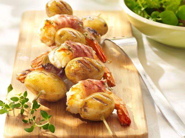 Aardappelspiesjes met scampi's, spek en geitenkaas -