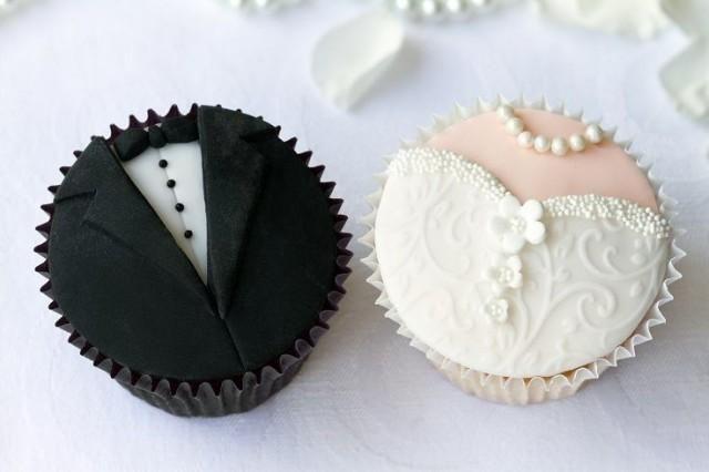 Bride and groom wedding cupcakes. cupcake