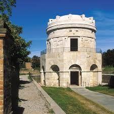 Mausoleo di Teodorico, 526 d.C, pietra d'Istria, Ravenna. Edificio a pianta decagonale fatto erigere per contenere le spoglie di Teodorico. La cupola è monolitica, le tecniche costruttive romane e le decorazioni barbariche.