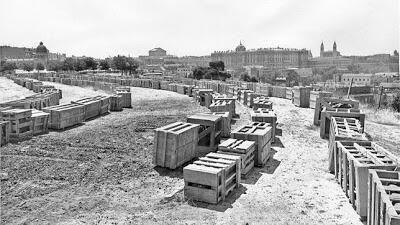 El templo de Debod en cajas, listo para ser montado en el parque del Oeste.