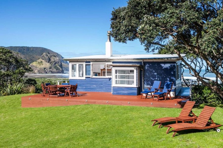 Cricket on the beach or on the grass great entertaining can be done here Piha, NZ