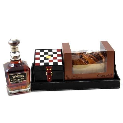 O dovadă de netăgăduit a rafinamentului suprem, într-un cadou luxuriant, unic şi adresat celor mai redutabili gentlemani! Un impozant whisky de colecţie, ceaiul care a impresionat regii Franţei şi tradiţionalul cozonac românesc, expresia calităţii desăvârşite într-un cadou de valoare incontestabilă!