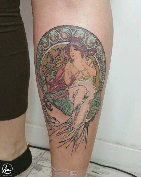 """Hoola! 6h de trabajo que se resumen en el primer tatuaje de mi clienta. Ala, con dos pares de ovarios, en la tibia.. uf! La cara del cuadro mide 1cm y representa """"La musique"""" de Alfons Mucha. En mi snapgram (24h) hay fotos del proceso! Espero que os guste y muchísimas gracias por elegirme de nuevo para ser la primera en tatuarte! Tattoo Artist: Andrea Morales"""