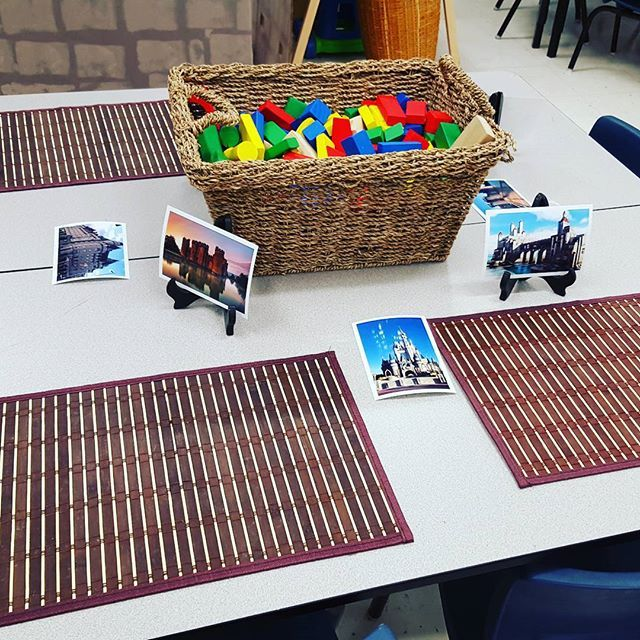 A castle building provocation with some examples of different castles! #kindergarten #kindergartener #kindergartenlife #teachersfollowteachers #teacher #ece #fdk #playbasedlearning #invitationtolearn #reggioemilia #reggio #inquiry