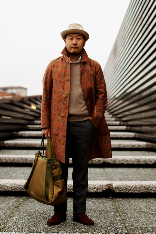 I love the way this man is dressed. The look is simple and the print on the coat makes it interest. And I'm a BIG fan of a good hat.