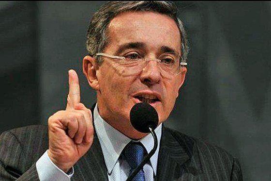 El expresidente Uribe. El dedo levantado expresando autoridad.