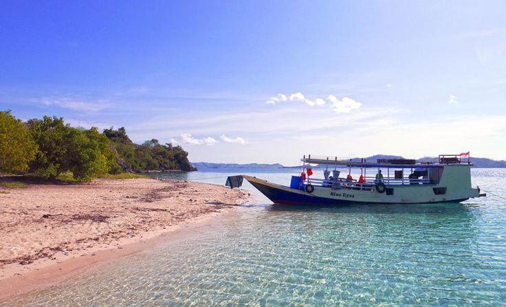 Ein Ausflug zum Komodo Nationalpark - https://intothefar.de/reiseberichte/asien-2014/ein-ausflug-zum-komodo-nationalpark.html -  Inzwischen neigt sich unsere Asien-Reise langsam dem Ende. Schon längst haben wir entschieden, Indonesien mit dem Auto nicht weiter als bis Bali zu bereisen. Doch über diese, unsere persönliche, Asien-Endstation werden wir beim nächsten Mal etwas erzählen. Hier dagegen berichten wir darüber, wie wir unsere Rucksäck