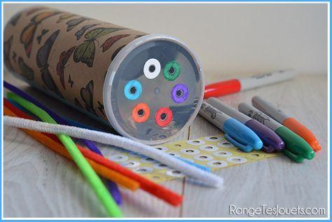Aujourd'hui, je partage avec vous une activité pour développer la motricité fine des petits et on en profite également pour apprendre les couleurs… Réalisée avec une boite de Pringles, un peu…