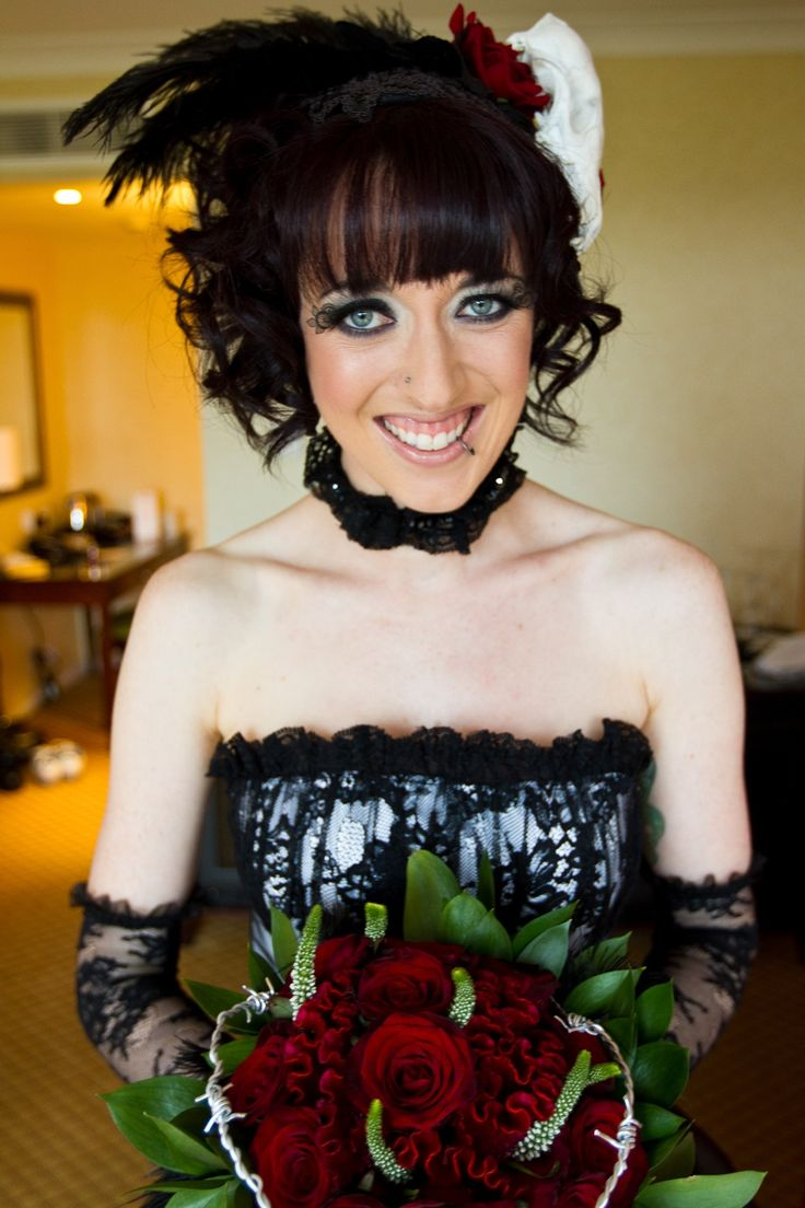 It's our favorite week for spooky, gothic, and horror-themed weddings — it's HALLOWEEN WEEK!  Today we're drooling over the barbed wire bouquet, the hearse getaway car, the …