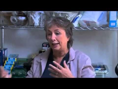 Annie Sloan geeft een demonstratie hoe je met Annie Sloan Krijtverf kunt werken - YouTube
