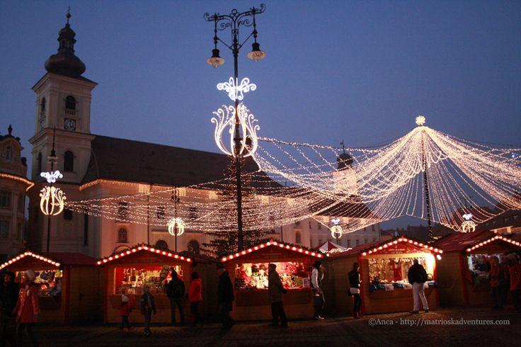 Mercatino di Natale Sibiu Romania - casette nella piazza centrale http://matrioskadventures.com/2014/12/01/il-pittoresco-mercatino-di-natale-di-sibiu-romania/
