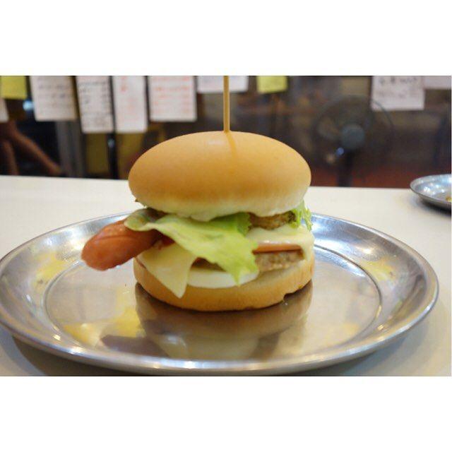 別名なんでも入りバーガーというWPHIバーガーロースハムレタスフランクフルトカレーツナチーズポテトハンバーグタマゴマヨネーズ入り 笑#meallog #food #foodporn #burger #burger_jp #ハンバーガー #