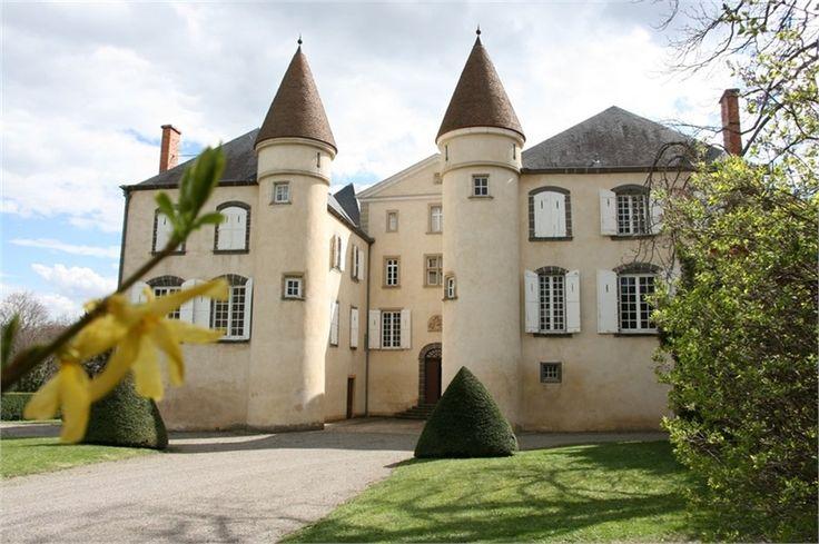 Vous avez toujours rêvé de vivre dans un château ? C'est désormais possible avec ce bien qui est à vendre chez Capifrance à Clermont-Ferrand.     > Propriété historique classée du XVI et XIXe siècle.     > 900 m² & un terrain de 14 HA.     Plus d'infos > Valérie Trinel, conseillère immobilière Capifrance.