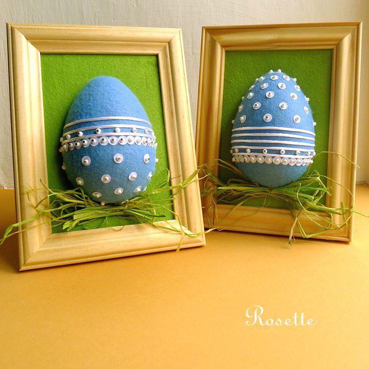 Modré+velikonoce+-+dekorace+Obrázek+-+asambláž+-+ozdobené+vajíčko+(vystupující+do+prostoru),+které+leží+v+trávě.+Rámeček+je+z+přírodního+dřeva.+Na+zeleném+filcovém+podkladu+je+vajíčko+potažené+filcem,+zdobené+saténovými+stužkami,+flitry+a+korálky.+Obrázek+je+možné+zavěsit+na+zeď,+nebo+postavit+jako+rámeček+na+stůl.+Velikost+obrázku+18,5+x+14+cm.+Výška+s+...
