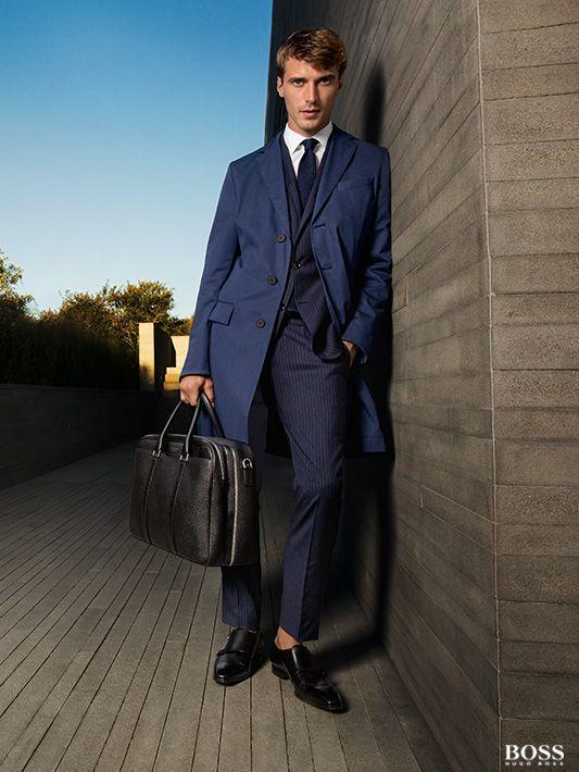 cool & sophisticated: nachtblauer Anzug plus Mantel von Boss #Boss #Herrenmode #Business #Anzug #Nachtblau
