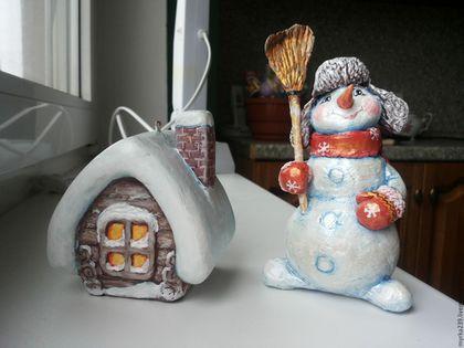 Снеговик  и домик. Новогодняя игрушка из папье-маше (небьющаяся) Цена 2500 руб./1 шт.