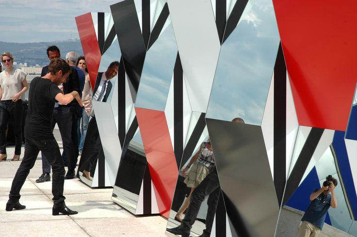 """Le designer Ora Ito présente l'expo """"Défini, Fini, Infini"""", travaux in situ de Daniel Buren au MaMo sur le toit-terrasse de la Cité Radieuse."""
