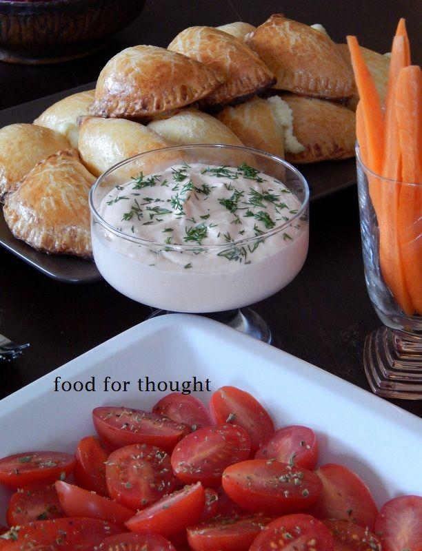 Τσίπουρο με φίλες  (τυροπιτάκια, ντιπ καπνιστού σολωμού, καρότα, ντοματίνια) http://laxtaristessyntages.blogspot.gr/2014/04/damaskina-me-beikon.html