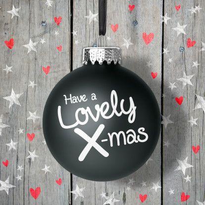 Moderne, feestelijke kerstkaart met kerstbal, sterren en hartjes op een houten achtergrond.  Design: Luckz  Te vinden op: www.kaartje2go.nl  Maak jouw eerste kaart op onze website nu gratis! #kerst #kerstkaart