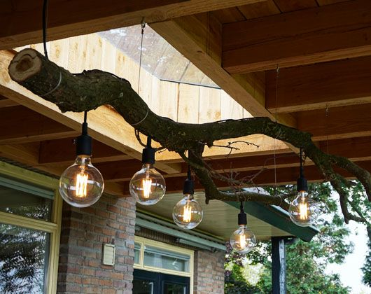 Mooie grote sfeerlamp. 5 globe ledlampen hangen aan een karakteristieke tak van een eikenboom daar uit de tuin. De tak hangt op aan RVS staaldraad. Inclusief 5 led-lampen.  Materiaal: hout Afmeting: +/- (b)140 x (h)50 x (d)70 cm Prijs: € 575,-*