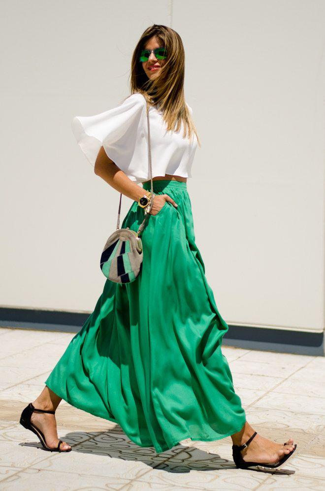 Maxirock kombinieren: Trendy mit Crop-Bluse und Sandalen
