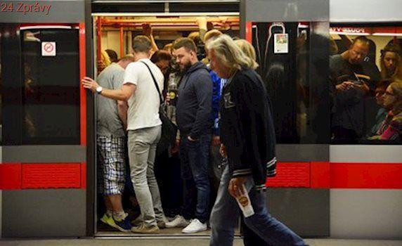 Metro praskalo ve švech. Fanoušci Guns N' Roses ucpali nástupiště