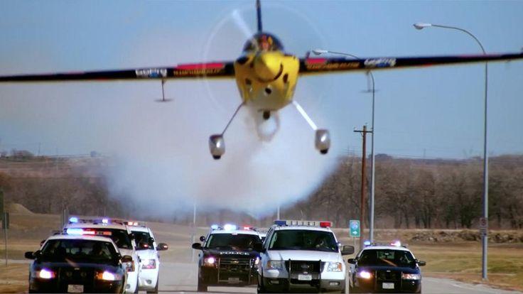 テキサス州ダラス/フォートワースでRed Bull Air RaceのスターパイロットKirby Chamblissが派手なエアチェイスを繰り広げた。