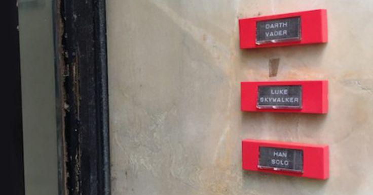 Ce street-artiste place des sonnettes de personnes célèbres sur des portes d'entrées
