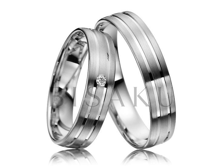 R138 Proužky, proužky, proužky... Tak by se dal tento pár snubních prstenů charakterizovat. Jsou jemné, ale přesto výrazně ozdobí své nositele. Dva lesklé pruhy ještě více vyniknou, vzhledem k saténovému matu, který jako povrchová úprava převažuje. V dámském prstenu je navíc jeden kámen. #bisaku #wedding #rings #engagement #svatba #snubni #prsteny #palladium