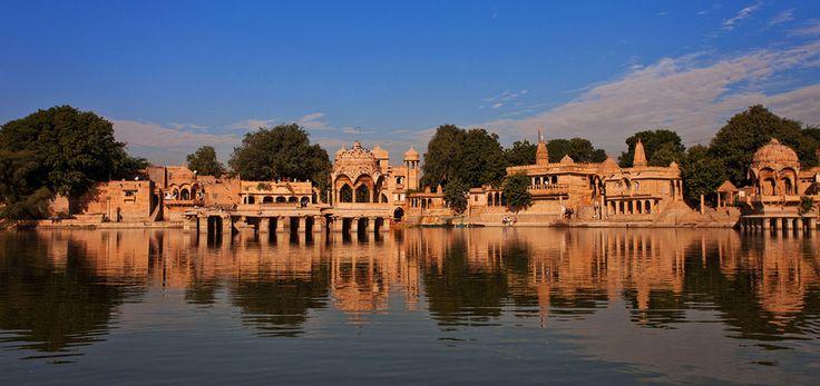 Jaisalmer, soprannominata the Golden City, si trova alle porte nel deserto di Thar non lontana dal Pakistan Costruita interamente in pietra di arenaria