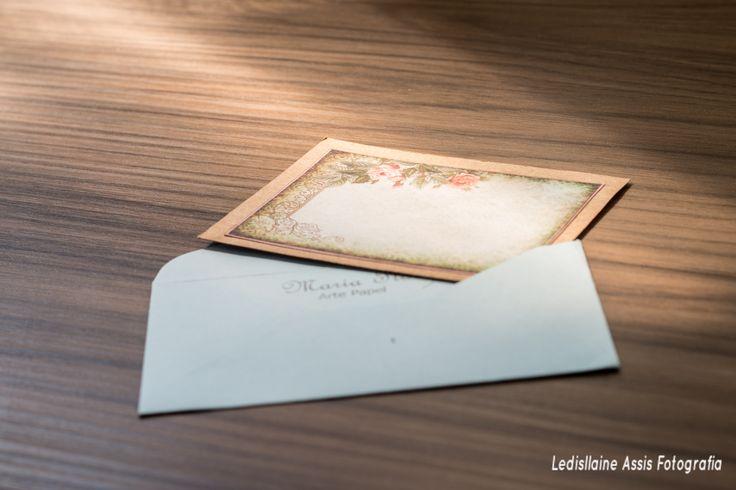 Cartão FLOR ROSA SCRAPBOOK - alt. x larg.; Papel Filipaper Kraft - 180; Carimbeira Marrom, Papel Scrapbook Tags - Abaresco; No Envelope - Papel Cardstok Azul Claro; Carimbo do Ateliê - Maria Flor